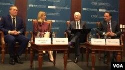 华盛顿智库战略与国际研究中心的专家与谢弗(右二)进行对话,讨论川普政府面临的关键的外交政策挑战 (美国之音莉雅拍摄)