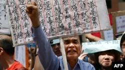 Dân Hong Kong biểu tình phản đối hệ thống bầu cử để chọn lãnh đạo của thành phố, qua đó một ủy ban gồm 1.200 thanh viên bỏ phiếu để chọn người lãnh đạo
