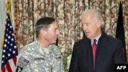 Phó Tổng thống Hoa Kỳ Joe Biden (phải) và Tư lệnh Các lực lượng Mỹ và NATO tại Afghanistan, Ðại Tướng David Petraeus tại Kabul, ngày 10/1/2011
