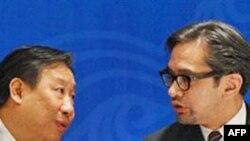 Phó Thủ tướng Việt Nam kiêm Bộ trưởng Ngoại giao, Phạm Gia Khiêm (trái) khẳng định diễn đàn APEC giúp Việt Nam nâng cao vị thế