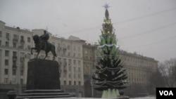 莫斯科市政府前的圣诞树,2012年12月。(美国之音白桦拍摄)