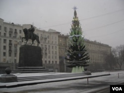 莫斯科市政府前的聖誕樹,2012年12月。(美國之音白樺拍攝)