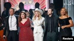 """Macklemore, Mary Lambert, Madonna, Ryan Lewis dan Queen Latifah (dari kiri ke kanan) berdiri bersama usai tampil dalam lagu """"Same Love"""" pada Grammy Awards ke-56 (26/1). (Reuters/Mario Anzuoni)"""