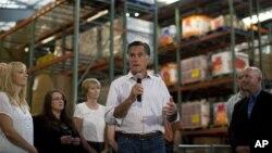 美國共和黨總統侯選人羅姆尼星期二在科羅拉多州的一家食物銀行向協助受野火影響的災民的義工講話﹐進行競選活動。
