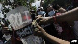 Les étudiants montrent des douilles de balles lors d'une manifestation contre les réformes du gouvernement à l'Institut de sécurité sociale (INSS) à Managua, le 21 avril 2018.