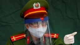 Một cảnh sát tại chốt kiểm soát cách ly virus Corona ở Hà Nội.