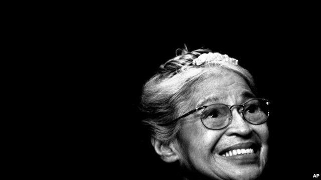 Foto, Rosa Parks k ap souri pandan yon seremoni ki te dewoule an novanm 1999 kote li t' ap resevwa Meday Libète Kongrè a nan vil Detroit, Eta Michigan