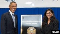 Prezident Barak Obama 2012-yilda Birmaga safari chog'ida olingan surat. Nisha Bisvol, uning fikricha, Janubiy va Markaziy Osiyo bilan hamkorlikni oshirib, aloqalarni mustahkamlashga qodir arbob.