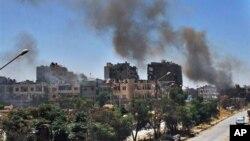 7일 시리아 정부군이 시리아 홈즈 시를 폭격한 후 연기가 피어오르고 있다.