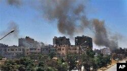 Khói đen bốc lên từ các tòa nhà trong thành phố Homs bị oanh kích, và pháo kích, 7/7/13