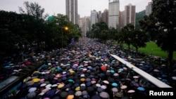 成千上万的香港民众2019年8月18日走上街头举行反政府示威。
