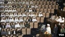 Presiden Sudan Omar al-Bashir (kanan) memberikan keterangan di depan Majelis Nasional Sudan di Khartoum (12/7).