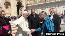 Steven Newcomb, co-founder of the California-based Indigenous Law Institute shakes hands with Pope Francis in Vatican Square, May 4, 2016. (Photo: William B. Laronal, Jr.)