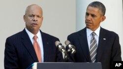 Tổng thống Obama (phải) và ông Jeh Johnson, người đước Tổng thống đề cử vào chức vụ Bộ trưởng An ninh Quốc nội, 18/10/13