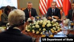 کیری نے پولینڈ میں وزیرِ اعظم سمیت دیگر اہم رہنماؤں سے ملاقاتیں کیں۔