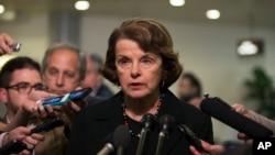 2013年6月13日美国国会参议院情报委员会主席范斯坦在华盛顿国会山向媒体讲话(档案照片)