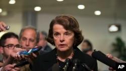 Thượng nghị sĩ Diane Feinstein, thuộc đảng Dân chủ nói với báo chí về cuộc điều tra của tổng thanh tra CIA, xác nhận các bản tin trước đó của tờ New York Times và tờ McClatchy.