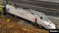 Kereta api yang keluar rel dekat kota Santiago de Compostela, Spanyol diduga melaju dengan kecepatan dua kali dari batas kecepatan 80 kilometer per jam (25/7).