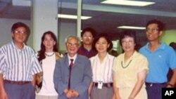 1993年7月,原《人民日报》社社长、总编辑胡绩伟(左三)参观美国之音中文部。图右一为记者海涛。