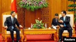 یانگ جیه چی مشاور وزیر خارجه چين (چپ) و نگوین تان دانگ نخست وزیر ویتنام، در هانوی – ۲۸ خرداد ۱۳۹۳