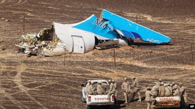 Militares egipcios se aproximan en automóviles a los restos del avión de pasajeros ruso que se estrelló en Egipto el 1 de noviembre de 2015.