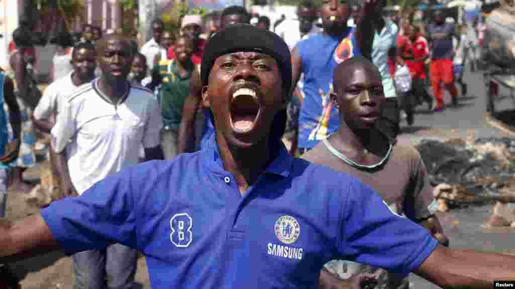 La foule salue célèbre après l'annonce de la destitution du président Pierre Nkurunziza par un haut gradé de l'armée à Bujumbura, au Burundi le 13 mai 2015.