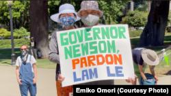 Người dân tham gia một buổi tập hợp bên ngoài toà nhà quốc hội tiểu bang California ở Sacramento để kêu gọi Thống đốc Gavin Newsom trực tiếp ân xá cho anh Lê Hồng Lâm.