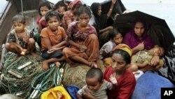 Para pengungsi Burma dari etnis Rohingya - yang berusaha memasuki Bangladesh - tinggal di perahu mereka setelah ditolak masuk oleh pihak berwajib di Bangladesh (foto: dok).