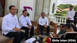 Presiden Joko Widodo didampingi Menteri Kesehatan Terawan Agus Putranto memberikan keterang pers mengenai perkembangan terbaru infeksi korona, Jakarta, Senin, 2 Maret 2020. (Foto: Ghita Intan/VOA)