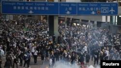 反對香港立法會強推逃犯條例修訂案二讀的香港抗議者2019年6月12日佔據了立法會附近的主要交通幹道。
