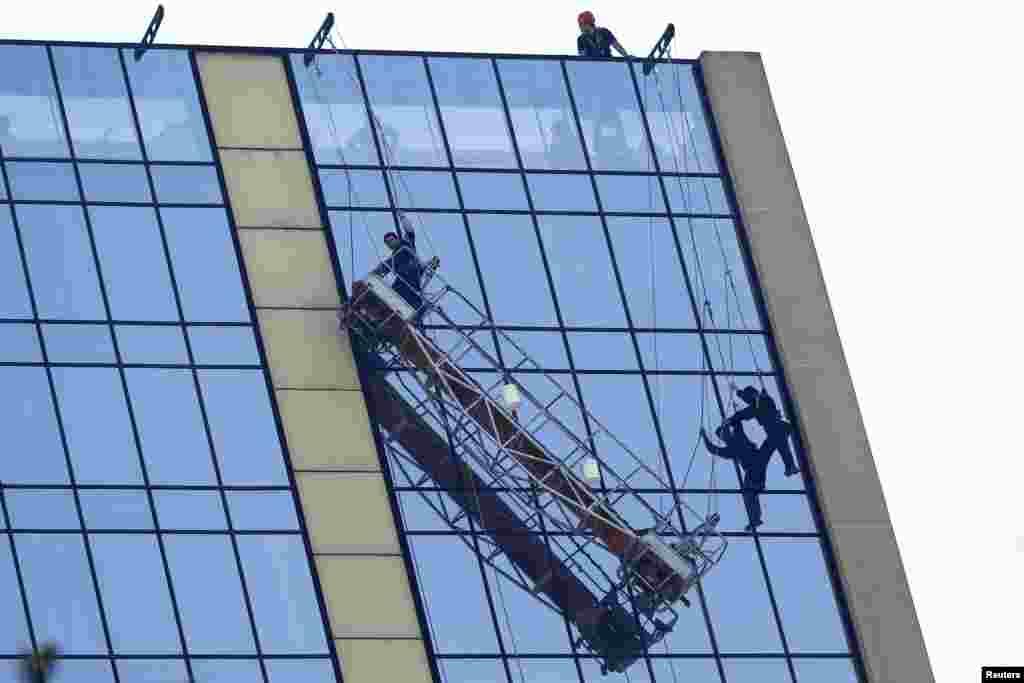 Dua orang pembersih jendela harus bergantung di jendela gedung di Santiago, Chile, setelah sebuah perancah yang jadi tempat untuk berdiri, terlepas pada ketinggian 50 meter. Petugas pemadam kebakaran kemudian menyelamatkan kedua pekerja itu.