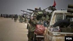 Los rebeldes libios se lanzaron nuevamente a la ofensiva, mientras un enviado de Gadhafi visitó Grecia ofreciendo acuerdos para terminar el conflicto.