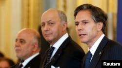 (从左至右)伊拉克总理阿巴迪、法国外长法比尤斯和美国常务副国务卿布林肯在法国巴黎举行多边外长会议后召开记者会(2015年6月2日)