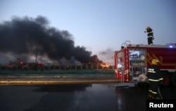 天津滨海新区发生爆炸后,消防员在现场工作(2015年8月13日)