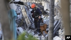Abatabara bariko bararondera abo borokora mu Bibomoke vy'igorofa i Miami muri Florida. kuwa kane itariki 24/06/2021