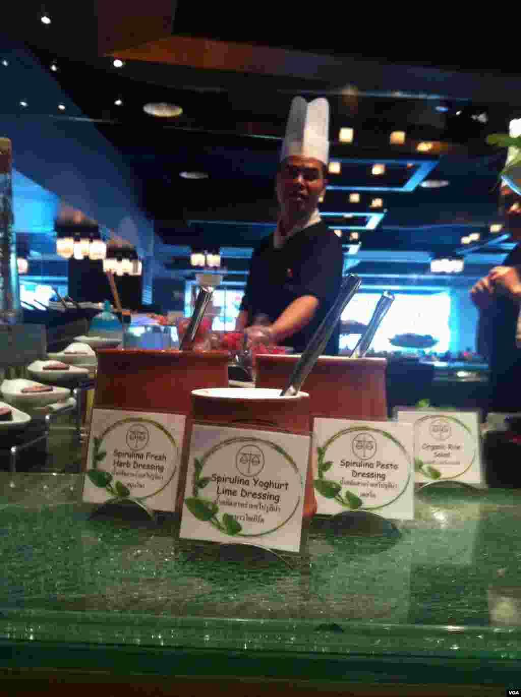 Bumbu salad merupakan salah satu makanan yang dibuat dari spirulina segar di sebuah restoran di Hotel Novotel, Siam Square di Bangkok (23/9). (S.L. Herman/VOA)