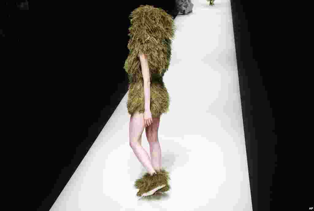 អ្នកបង្ហាញម៉ូដម្នាក់បង្ហាញម៉ូដដែលច្នៃដោយ Nguyen Cong Tri ជនជាតិវៀតណាមក្នុងពេលតាំងពិព័រណ៍សម្លៀកបំពាក់សម្រាប់រដូវរងា ឬរដូវស្លឹកឈើជ្រុះសម្រាប់ឆ្នាំ២០១៧ នៅក្នុងកម្មវិធី Tokyo Fashion Week ក្នុងក្រុងតូក្យូ ប្រទេសជប៉ុន។
