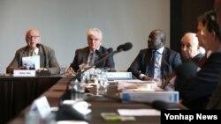 한스 블릭스 전 IAEA 사무총장이 26일 서울 장충동 신라호텔에서 열린 포괄적핵실험금지조약(CTBT) 현인그룹 회의 폐막식에서 '서울 선언'을 발표하고 있다.