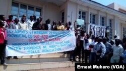 Rassemblement des grévistes du gouvernement provincial et ceux de la Direction provinciale de la mobilisation et d'encadrement des recettes (DPMER) à Bukavu, Sud-Kivu, RDC, 8 août 2017. (VOA/Ernest Muhero)