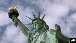 နယူးေယာက္ၿမိဳ႕ ဆိပ္ကမ္းက Statue of Liberty ႐ုပ္ထုႀကီး (ဇြန္လ ၂၊ ၂၀၀၉)