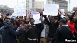 La police essaie de contrôler les manifestants lors d'un rassemblement contre l'injuste redistribution de la richesse dans le pays, à Addis Ababa, en Ethiopie, le 6 août 2016.