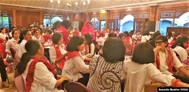 Relawan perempuan pendukung pasangan Joko Widodo-Ma'ruf Amin yang tergabung dalam Pertiwi menggelar syukuran kemenangan pemilihan presiden 2019, di Jakarta, 20 April 2019. (Foto: Sasmito Madrim/VOA)