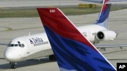 Aviones de la aerolínea Delta en el aeropuerto de Filadelfia, donde la compañía ha comprado una refinería para producir combustible de avión.