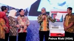 Pemprov Jawa Timur meluncurkan mesin Anjungan Dukcapil Mandiri yang dapat mencetak KTP elektronik, Kartu keluarga, Akta Kelahiran dan Akta Kematian dalam hitungan menit (Foto:VOA/ Petrus Riski).