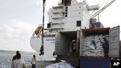 图为肯尼亚的码头工人正在为联合国儿童基金装运即将前往救援索马里儿童的船只