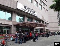 公共电视台前媒体云集