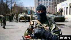佔領頓涅茨克市長辦公室的親俄武裝份子