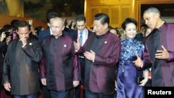 Brunei's Sultan Hassanal Bolkiah (L-R), Russia's President Vladimir Putin, Chinese President Xi Jinping, his wife and U.S. President Barack Obama arrive for a dinner hosted by the Chinese President at the APEC summit in Beijing, Nov. 10, 2014.