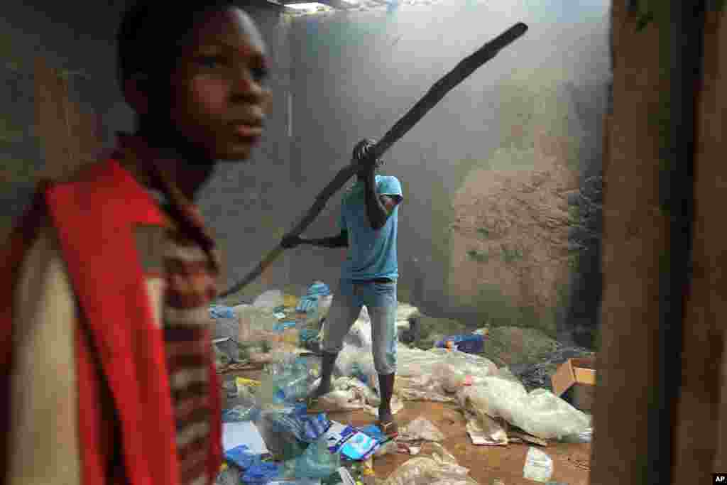 A Christian mob attacks a mosque in Bangui, Central African Republic, Dec. 10, 2013.