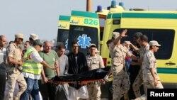Une secouriste porte un corps dans une ambulance après qu'un bateau se soit renversé au large des côtés egyptienne, à Al-Beheira, Egypte, le 22 septembre 2016